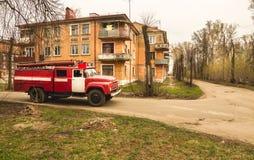 Stary czerwony samochód strażacki jedzie zdjęcie royalty free