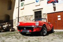 Stary czerwony samochód w kasztelu Fotografia Stock