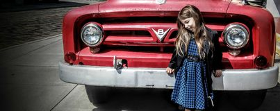 Stary czerwony silnik i młoda błękitna dziewczyna Fotografia Royalty Free