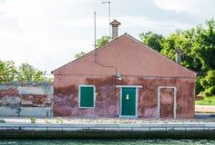 Stary Czerwony tynku budynek z Zielonymi żaluzjami Obrazy Royalty Free