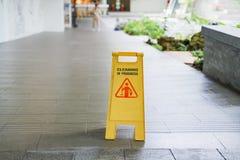 Stary czyści w toku znak ostrzegawczy z zamazanym pracownikiem fotografia royalty free