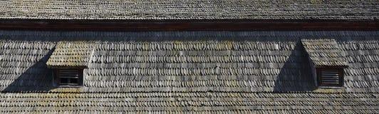 Stary dach antyczna stajnia, tworzący od drewnianych czerepów, ciemnił pogodowym oddziaływaniem Fotografia Stock
