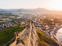 Stary defensywny forteca z góruje w mieście Sudak w Crimea przy świtem od wzrosta Fotografia Stock