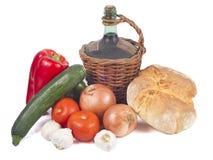 Stary dekantator czerwone wino z chlebem i warzywami Obraz Royalty Free