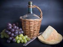 Stary dekantator czerwone wino z winogronami i serem Zdjęcie Stock