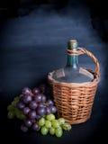 Stary dekantator czerwone wino z winogronami Zdjęcie Royalty Free