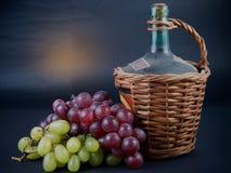 Stary dekantator czerwone wino z winogronami Zdjęcie Stock