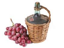 Stary dekantator czerwonego wina whit winogrona. Fotografia Stock