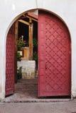 Stary dekorujący łukowaty drzwi otwierający zdjęcie stock