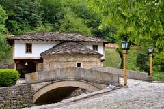 Stary dom i kamienny most w architektonicznym powikłanym Etara, Obrazy Stock