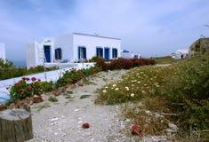 Stary dom i kwiaty na Santorini wyspie zdjęcie royalty free