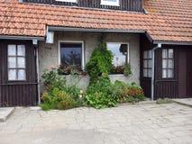 Stary dom i piękni kwiaty Zdjęcia Royalty Free
