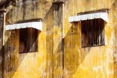 Stary dom i starzy windowns z starym żółtym kolorem Obrazy Stock