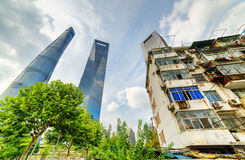 Stary dom otaczał nowożytnych drapacze chmur w Szanghaj, Chiny Zdjęcia Stock