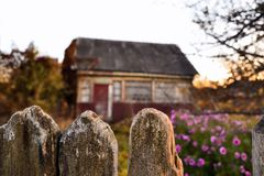 Stary dom przy zmierzchem w wiosce obrazy stock