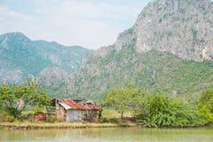 Galwanizujący żelazny dom przy czerwoną górą, Tajlandia Fotografia Stock