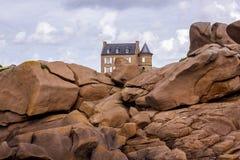 Stary dom w Cote De Granit Wzrastający w Bretagne, Francja zdjęcia stock