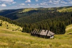 Stary dom w góra krajobrazie Zdjęcie Royalty Free