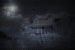 Stary dom w księżyc w pełni nocy Obrazy Royalty Free