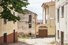 Stary dom w Oliena i ulica, Nuoro prowincja, wyspa Sardinia, Włochy fotografia royalty free