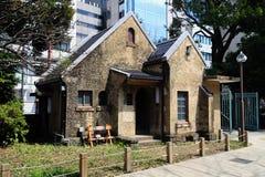Stary dom w parku z nowymi budynkami Fotografia Royalty Free