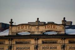 Stary dom w połysku mieście! Obraz Stock