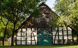 Stary dom w wiosce o drzewach w ogródzie Zdjęcie Royalty Free