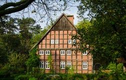 Stary dom w wiosce o drzewach w ogródzie Zdjęcia Stock