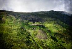 Stary dom w wiosny zieleni górach Zdjęcia Royalty Free