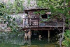 Stary dom watchman na stilts w karierze stary obiektyw w Sverdlovsk regionie obraz royalty free