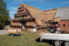 Stary dom wiejski niedawno zakrywa z p?och? obrazy royalty free