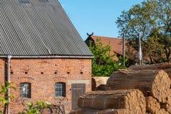 Stary dom wiejski niedawno zakrywa z p?och? zdjęcie royalty free