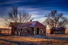 Stary dom wiejski Pod Głębokim niebieskim niebem Obrazy Stock