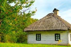 Stary dom wiejski z pokrywającym strzechą dachem Zdjęcia Royalty Free