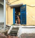 Stary dom z małym drzwi zdjęcia stock