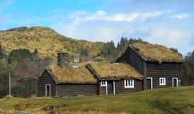 Stary dom z trawa dachem zdjęcia stock