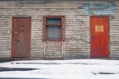 Stary domowy ganeczek z ośniedziałymi drzwiami zdjęcia royalty free