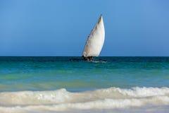 Stary drewniany żeglowanie łodzi afrykanin sunie nad fala Ind Obraz Royalty Free