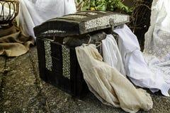 Stary drewniany bagażnik dla przechować odziewa obraz royalty free