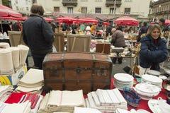 Stary drewniany bagażnik przy pchli targ fotografia stock