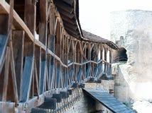 Stary drewniany balkon na ścianie forteca Obraz Stock