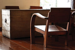 Stary drewniany chiar z dużą starą drewnianą klatką piersiową w żywym pokoju zdjęcie stock