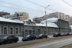 Stary drewniany dom na miasto ulicie w zimie Zdjęcia Royalty Free