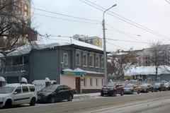 Stary drewniany dom na miasto ulicie w zimie Obraz Royalty Free