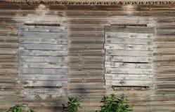 Stary drewniany dom na wsi z wsiadający w górę okno Zdjęcia Stock