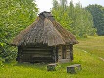 Stary drewniany dom pod pokrywającym strzechą dachem Muzeum Pirogovo Kie Zdjęcie Stock
