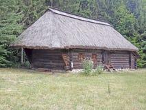 Stary drewniany dom pod pokrywającym strzechą dachem Muzeum Pirogovo Kie Obrazy Stock