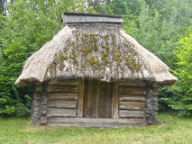 Stary drewniany dom pod pokrywającym strzechą dachem Muzeum Pirogovo Kie Obrazy Royalty Free