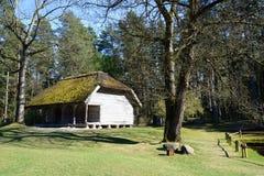Stary drewniany dom przy Etnograficzną na wolnym powietrzu wioską Zdjęcia Royalty Free