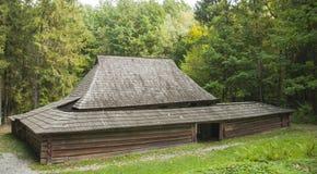 Stary drewniany dom z drewnianym dachem w lesie, tło Obrazy Royalty Free